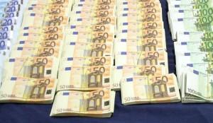 Mucchietti di banconote in euro contraffatte