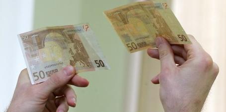 Due banconote da 50€ confrontate in controluce